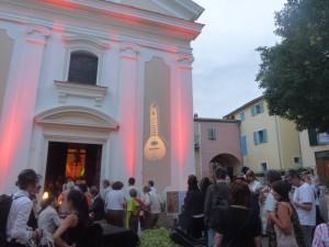 public devant l'église
